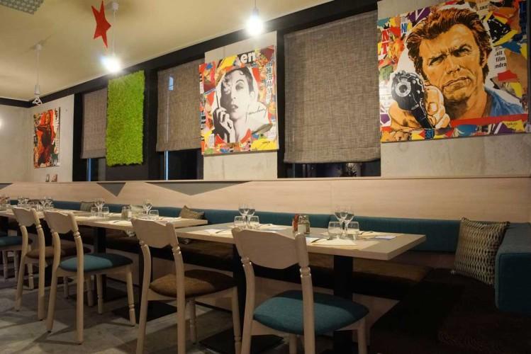 Chaise et table dans une salle de restaurant décorée par CARL TRAN