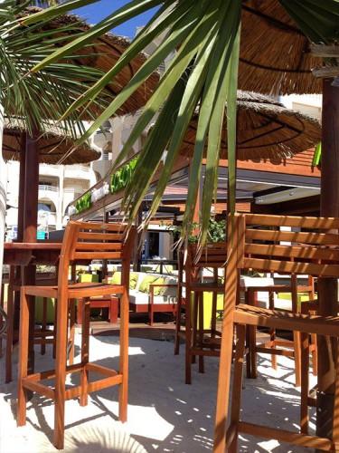 mobilier style haitien à fréjus pour ce bar : le kokonut