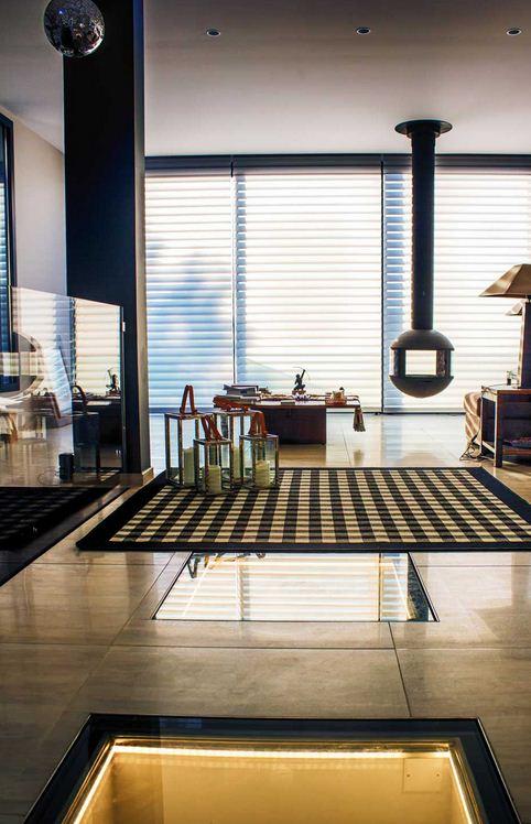 Superbe salon décoration dintérieur par architecte et poêle à bois suspendu à toulon