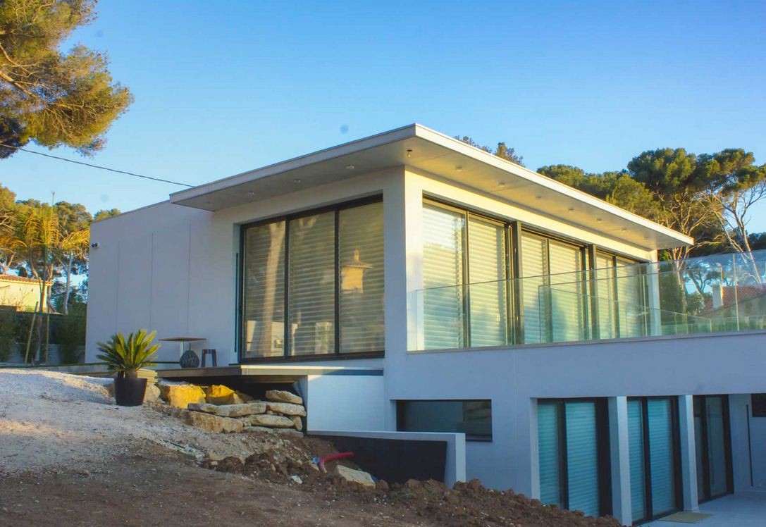 Architecture int rieure d 39 une maison de luxe sanary sur mer for Architecture de villa moderne