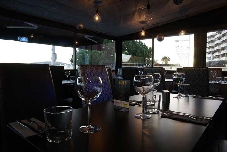 Table repas dans le restaurant au mourillon
