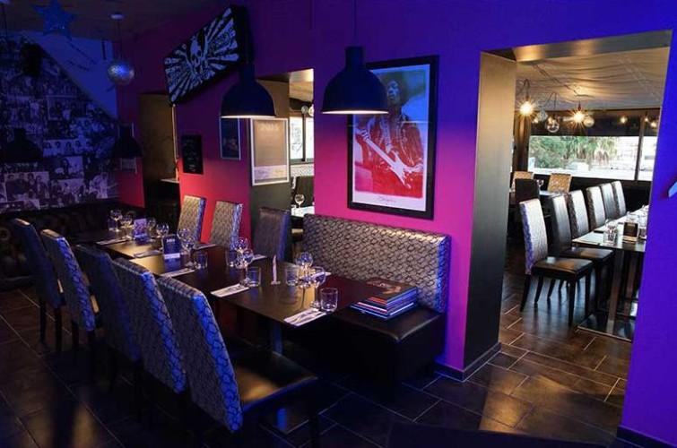 Banquette noire coin repas intérieur restaurant le rock à toulon