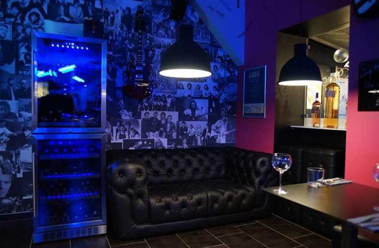 Espace détente restaurant déco noir et bleu à toulon