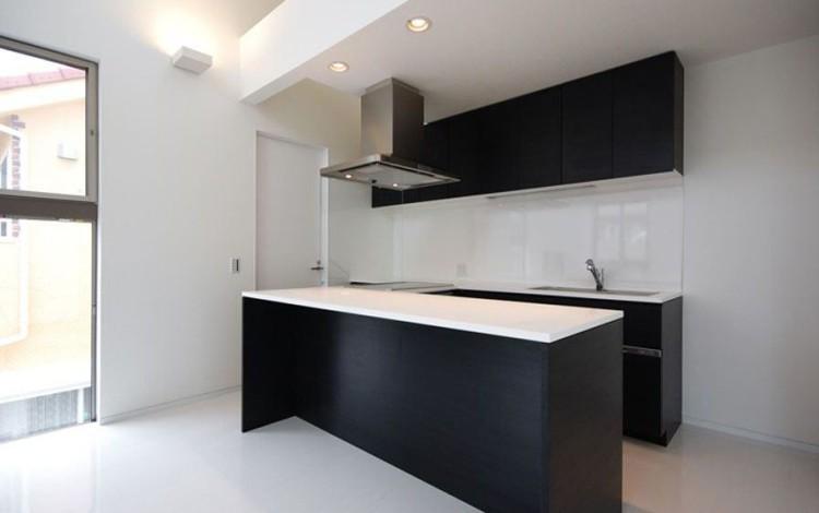 Cuisine design noir et blanc, travail de CARL TRAN architecte d'intérieur