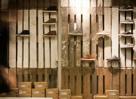 vue d'un mur en palettes photo d'un architecte d'intérieur dans un magasin de chaussures