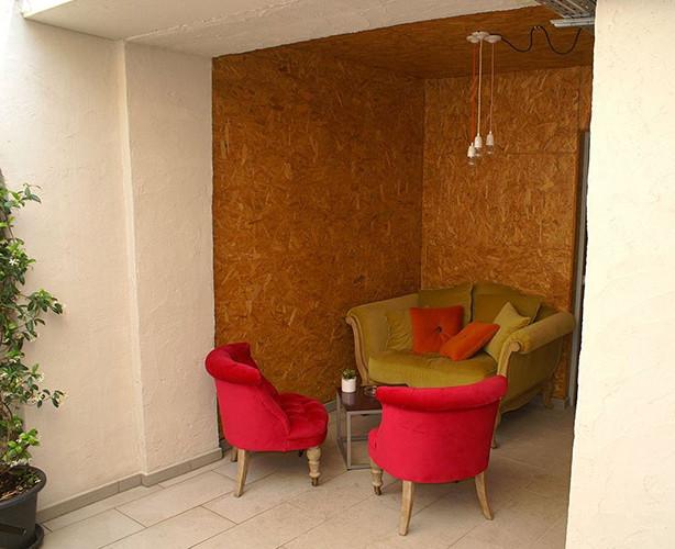 Petit salon sur patio dans un restaurant à St Tropez