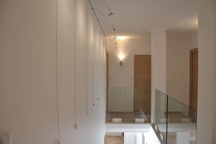 Haut d'escalier avec rambarde en verre design