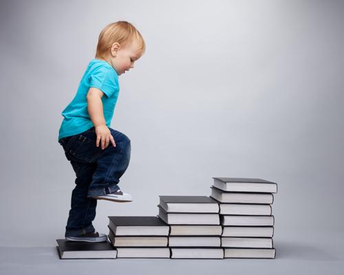 Enfant qui monte les étapes de sa vie