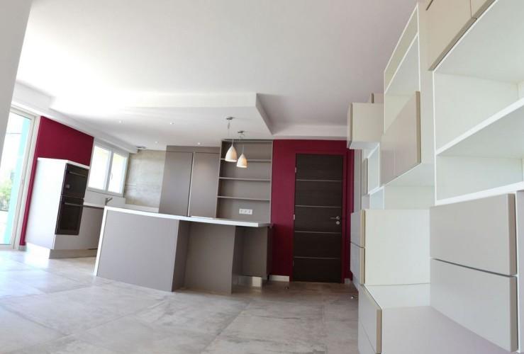 décoration moderne rouge et grise dans maison à Six Fours les Plages