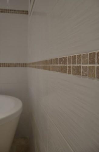 vue du mur carrelée et décorée dans un appart à toulon