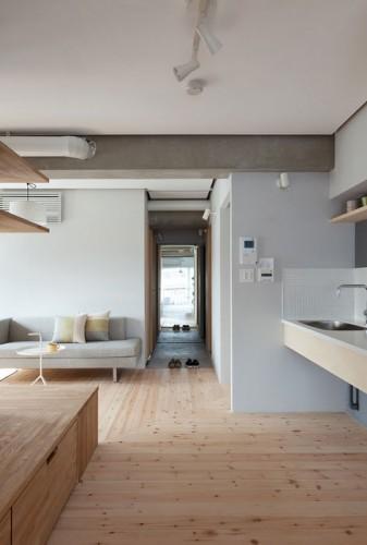 Salon canapé et cuisine ouverte appartement d'architecte