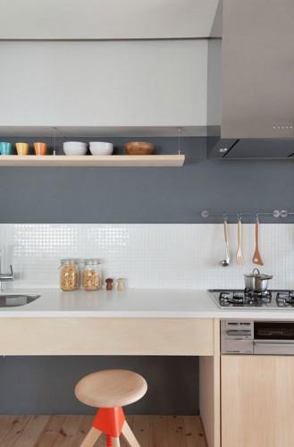Cuisine sur mesure en bois clair et murs gris