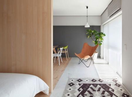 Vue salon moderne avec chambre ouverte et lumière dans un appartement en bois