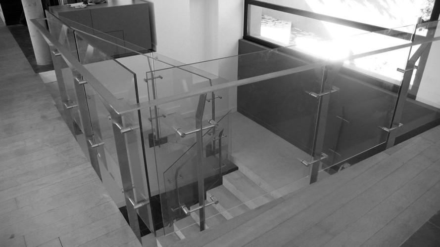 garde corps en verre noir et blanc rambarde d'escalier