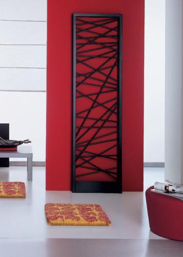 Radiateur noir sur mur rouge forme design croisillons