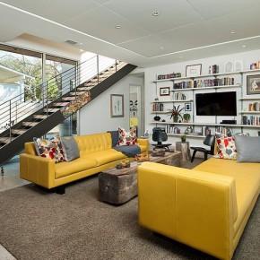 salon escalier droit canapés cuir jaune Brian Dillard Architecture