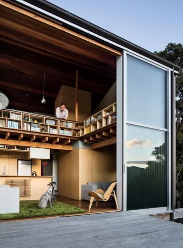 Salon d'une maison moderne contemporaine ouverte sur l'extérieur, baie vitrée