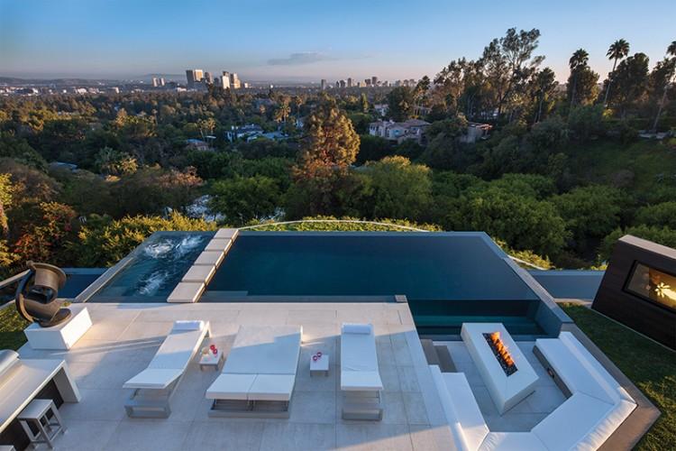 Splendide vue sur la ville depuis le salon avec piscine et terrasse en béton, ultradesign
