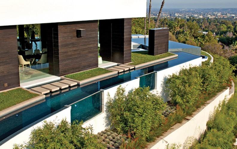 Villa contemporaine avec piscine sur tout le coté de la maison