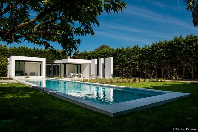 Magnifique piscine d'une maison contemporaine en béton. espace repas au fond