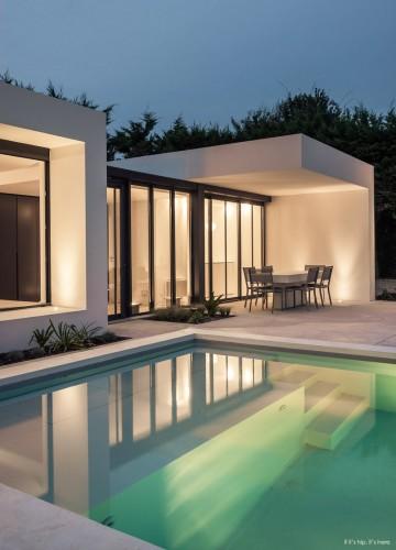 Loft en bord de piscine, annexe moderne toute vitrée