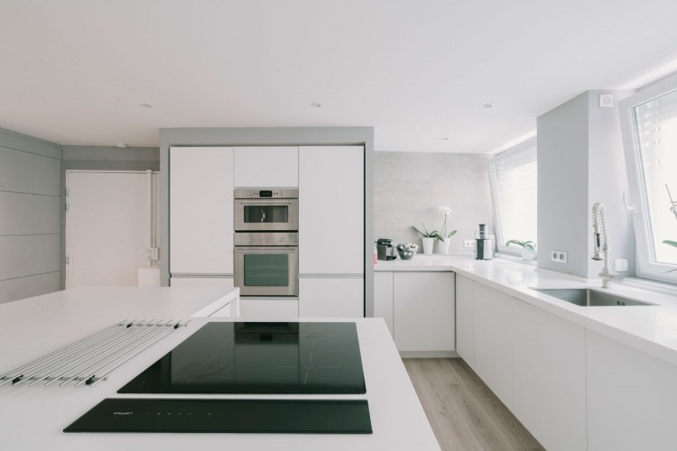 Aménagement d'une cuisine moderne dans un loft