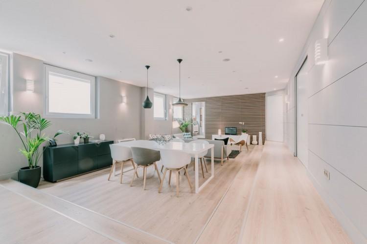 Vue en grand angle d'un salon moderne