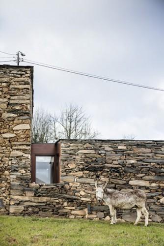 Insertion bois dans une maison ancienne en pleine campagne