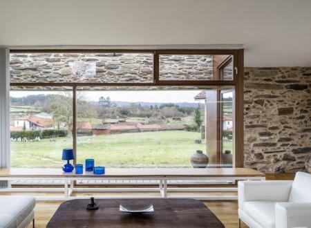 vue nature depuis la baie vitrée de cette ancienne ferme transformée en maison d'architecte
