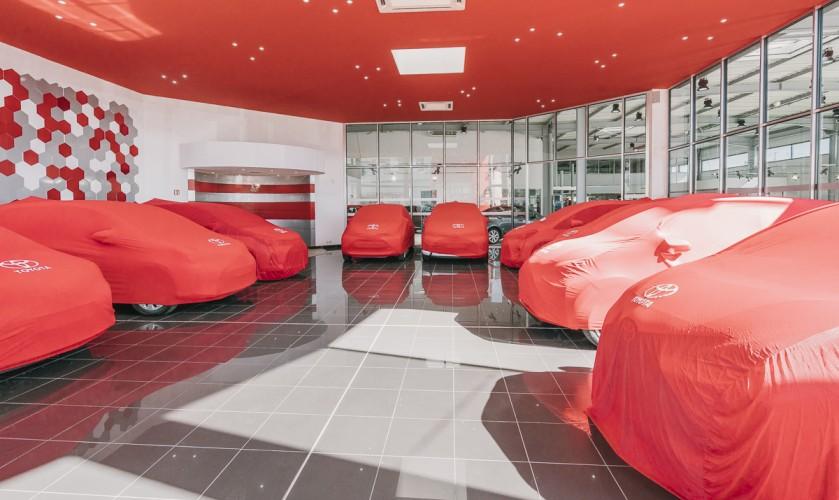 vue des voitures sous draps rouges chez toyota toulon