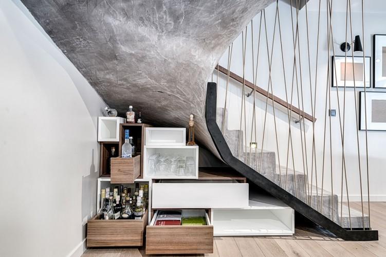 Escalier en pierre avec rangement sur mesure en dessous