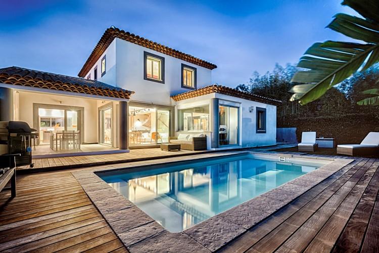 Photo d'une villa design et moderne avec terrasse en bois à Carqueiranne - Toulon