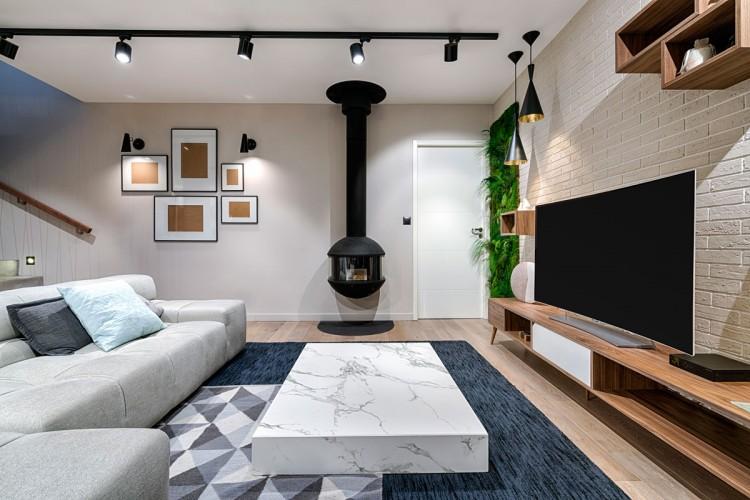 Salon scandinave avec cheminée suspendue