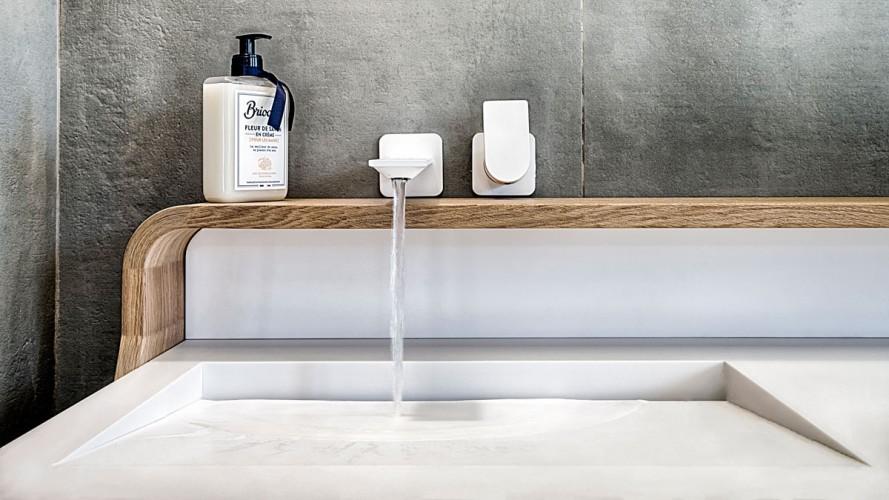 Mobilier de salle de bain évier et robinetterie sur mesure