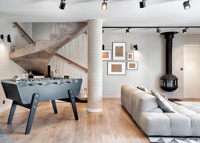 Superbe salon avec escalier fait maison
