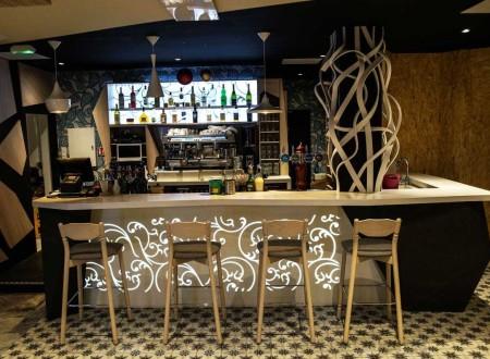 décoration de comptoir dans une brasserie bar