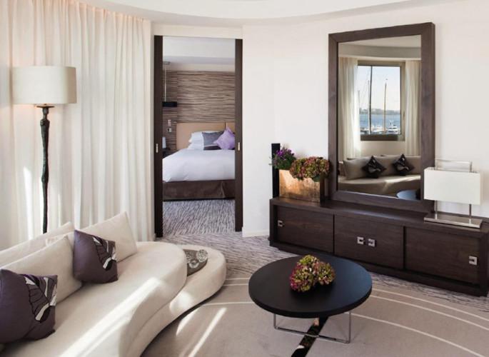 mobilier salon hôtel miroir et rangements
