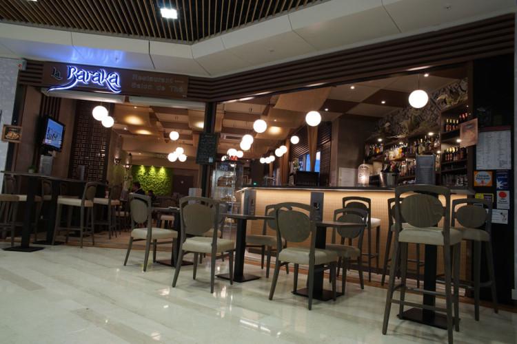 Places assises et places comptoirs dans un salon de thé
