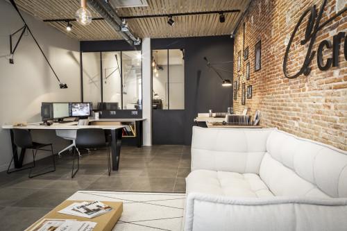 Vue intérieur d'un bureau d'architecte avec mur en pierre et canamé client à toulon dans le Var
