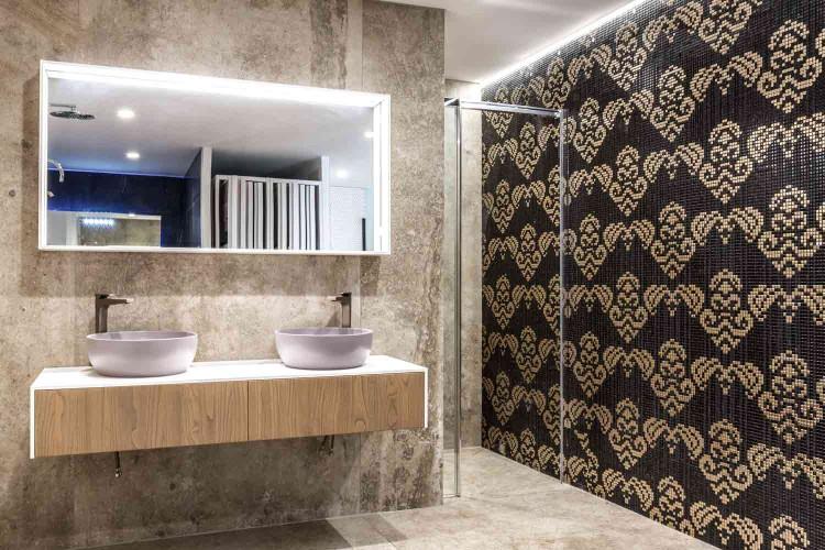 belle salle de bain dans magasin de carrelage à La Garde