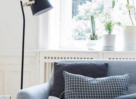bou de canapé gris et petites lampe haute