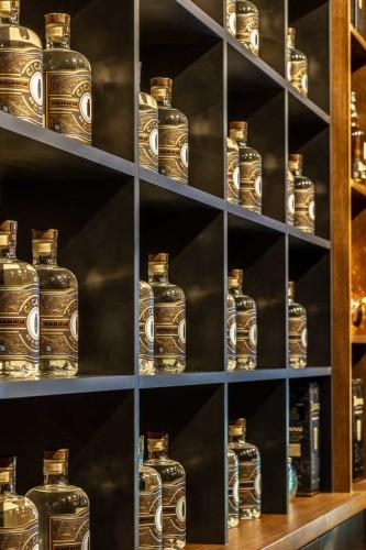 Agencement étagères bouteilles de gin