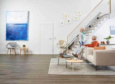 salon élégant avec monte escalier pour personne agée